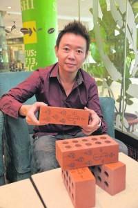 黎师父表示,符咒红砖可以改变家中的磁场,而无需大费周章修改住宅,因此可说是最经济省钱的风水局。