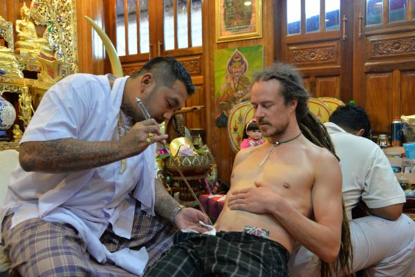 来自爱尔兰的Edin,听闻神猴纹身非常火红,所以就前来找阿赞欧替他纹。