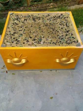 拿督公神龛下方的金元宝方格必须加入代表财运的各种宝物如金元宝、水晶等等,再加上师父施法加持便可增加神龛的灵力!