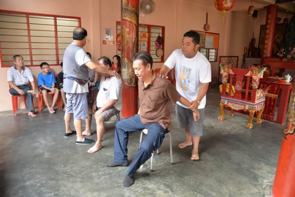 """王师傅有一位徒弟名叫苏汉仁,跟随在师傅身边学艺超过10年,每当人潮太多,王师傅就会急召徒弟前来""""救火"""",师徒俩合作无间,多年来成功医好无数病人。"""