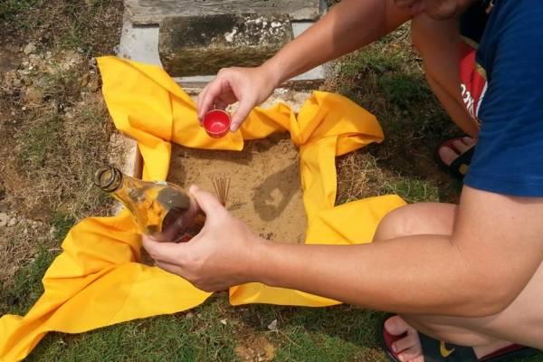 福寿碑有双层,除了放入地宝之外,下层必须放入与祖坟相关的物品如福土,即是祖坟前后左右的泥土!