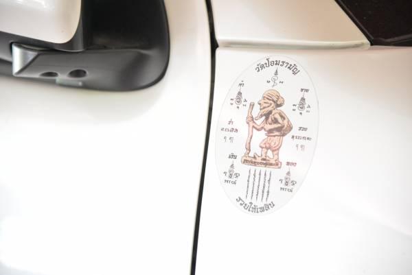 储蓄老人像无所不在,近来泰马新善信都爱把储蓄老人像贴在车上,代表着出门遇贵人。