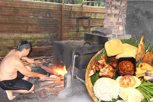 在园林里,不但可以吃到峇厘风味佳肴,还可享受以柴火熬煮草药丶以供烟燻蒸浴。
