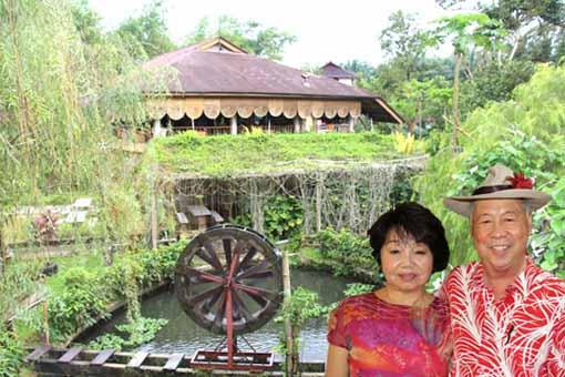 刘群(右)掷下逾百万开发回归自然度假村,並以身边的太太丽娜命名。