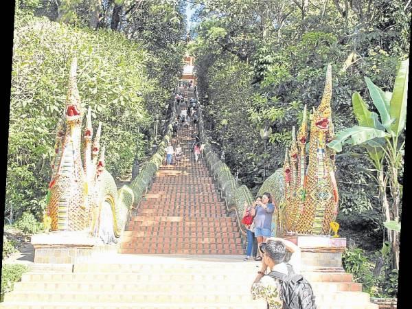 两只巨龙沿着斜坡卧在冗长的石阶上,一直伸到山顶佛寺山门,气势非凡!