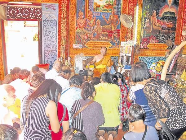 每到此庙的善信都获高僧泼圣水,诵经加持求佛祖降福保佑。