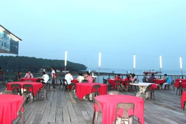 黄昏时分,许多旅人在柔南海边一边品尝新鲜的海鲜晚餐,一边吹吹风欣赏美景。