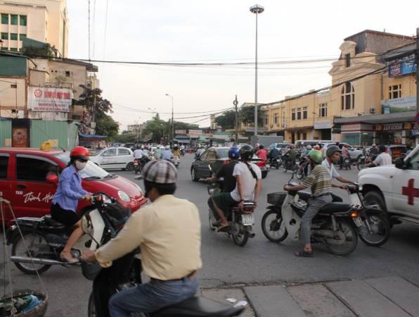 在越南驾驶,必须具备胆量和技术,要不然就很容易造成交通阻塞。