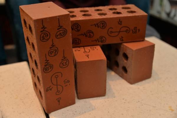 红砖经过画符诵经7天后才能发挥功效。