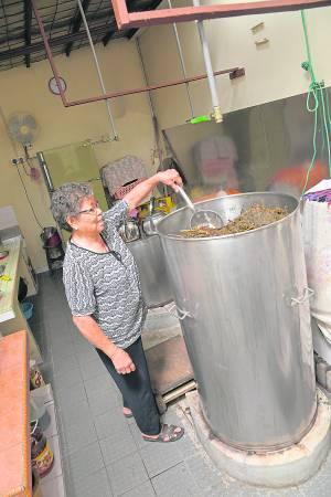 草药婆婆每天在工人的协助下,一锅又一锅的煲着医治各种疾病的草药凉茶。