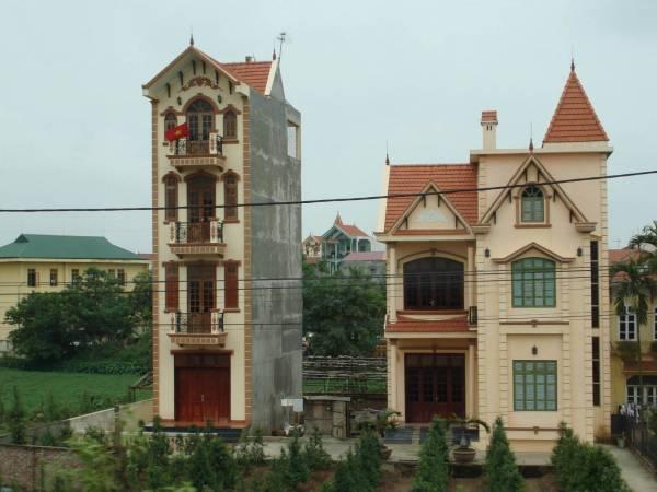 越南的房子犹如越南人般瘦瘦长长的,前面部分都会有露台、百叶窗,让阳光照射进来,可是后半部却没有窗户,十分阴暗。