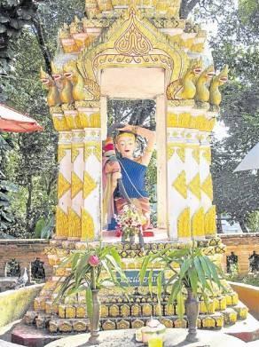 这里的佛像约百尊而且非常灵验。