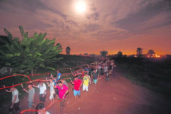 """每年农历七月十三日,马六甲地方府必会举办一场万人空巷的""""走山头补运""""法会。善信们手拿清香,赤脚在夜黑风高的义山行走,心存敬意,期望先人保佑今后事事顺利。"""