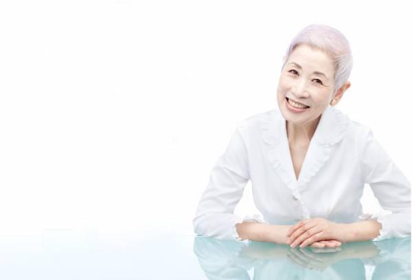 """正因为在知名化妆品公司上班的经验,这位阿嬤级美容师佐伯千津甚至还出版美容书,晋级畅销作家,并提倡""""肌断食""""疗法,备受日本女性热捧!"""