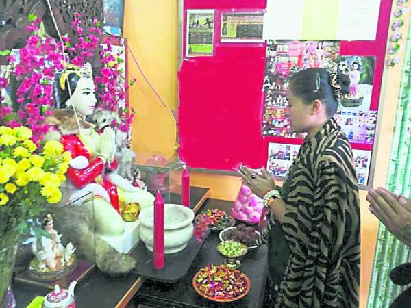 泰国狐仙后魅鲁士主持神像开光仪式。
