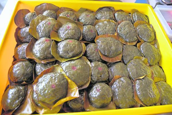 将近80岁的蔡群娣,对于制作美味的茶粿坚持己见,让顾客品尝最古早味的传统糕点。 永泰饼家 11,Bukit Koman, 27600 Raub,Pahang. 电话:017-610 6224/016-915 2397 卫星导航:3.817796,101.851017 营业时间:1pm至5pm(星期一、星期五休息)