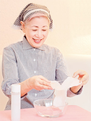 """佐伯千津提倡用化妆水与化妆棉进行湿敷,先让脸部细胞""""喝水"""",对之后保养品的吸收才更透彻。"""