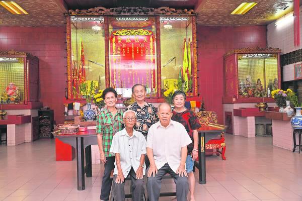 陈洪师父(前排右一)表示,天法威灵总庙中有超过500名将军徒弟,为广大善信解降保平安。