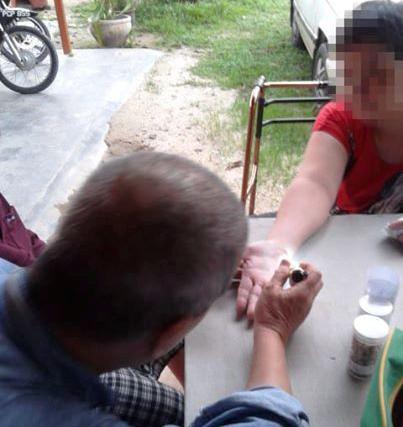 把手伸出来,察看你的掌纹,Uncle Johnny Hoo就能够马上诊出你的健康状况。