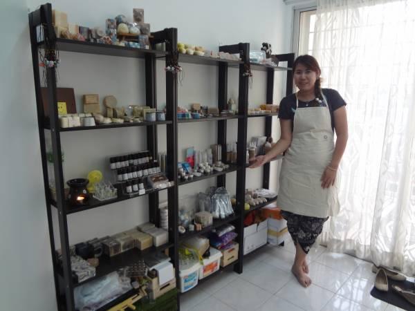 妃儿为了制作天然冷制手工皂,在本地与台湾四处拜师学习。