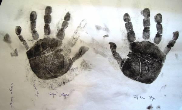 掌纹相等于一个人的命根线,掌纹师的工作就是通过掌纹研究、诊病、把脉,然后综合分析给你知道