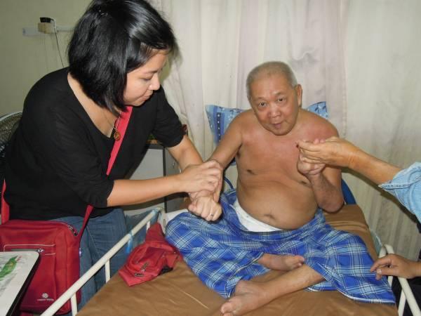 父亲替病人治疗时,符瑜玲从旁协助处理。