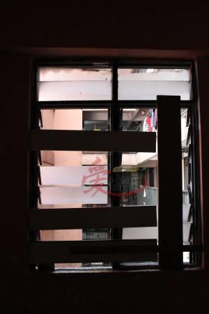 记者一行三人步向失修已久的窗户,望下看,脚都软。