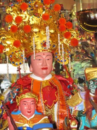张道长特别敬仰王爷千岁,因为王爷千岁有先斩后奏的权威 ,上图为侯府王爷及夫人神像。