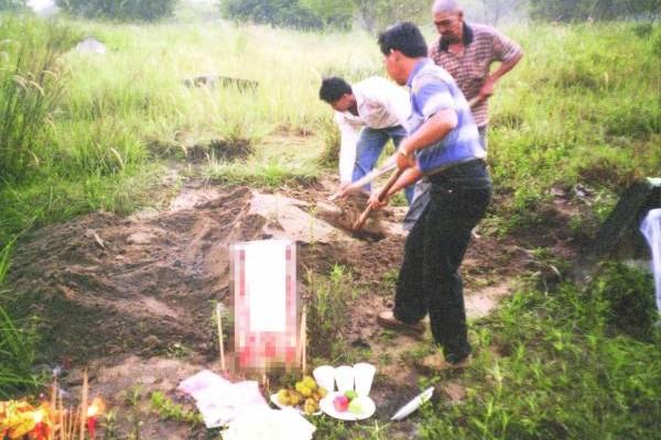 在日本战乱时代,活人尚且颠沛流离,不幸死去的人只能随地埋葬,因此出现许多乱葬岗。