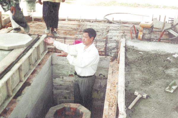 为了让黄先生及其家人们尽快摆脱衰运,吴佰霖道长为黄老先生搬迁坟墓至另一个义山,此举有转运之意。