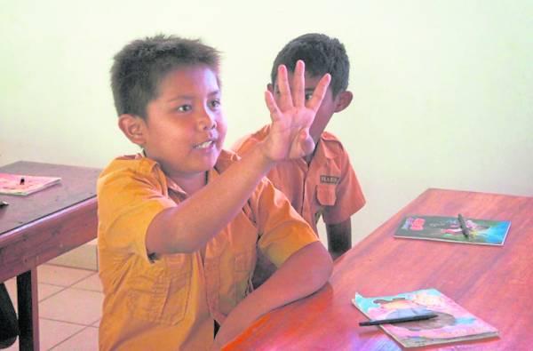 听力正常和听障学生一起上课,手语成了重要语言。