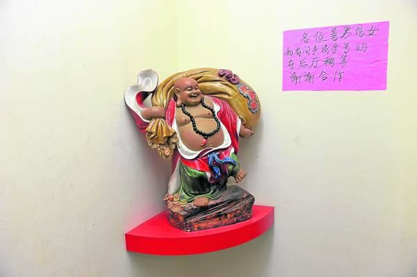 一踏入笑笑宫,就看到一尊大肚弥勒佛雕像摆放在入口,让人忘记所有不开心的事。
