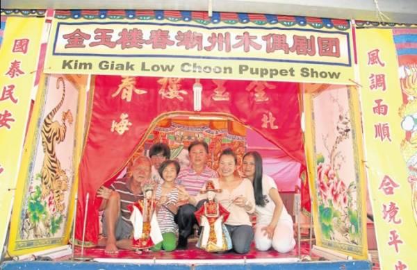 一家人齐心合力搞好木偶剧表演,辛苦的背后,也洋溢幸福温馨的味道。