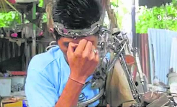 苏塔万示范如何发出遥控信号给机械臂。