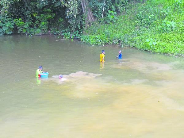 为了抢捞河蚌,捕捞者必须浸泡在水里好几个小时。