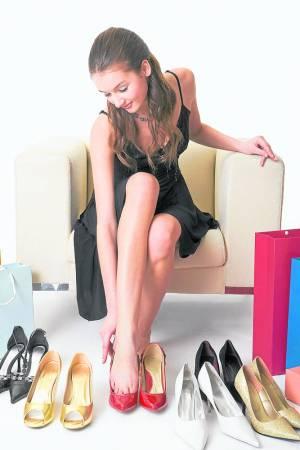许多女性为了能够穿上名牌鞋,不惜将脚趾削骨、抽脂,更有人疯狂的想切除脚趾尾。