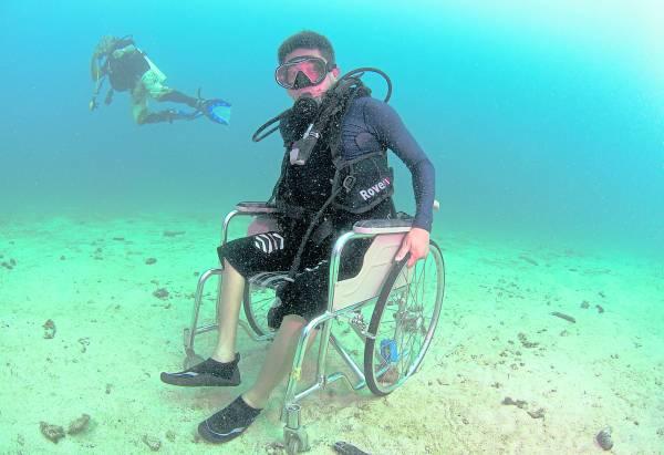 原本在岸上活动艰难的残障者,下海后也能坐轮椅活动!