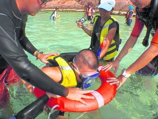 潜水前,特殊人士接受潜水基本训练。
