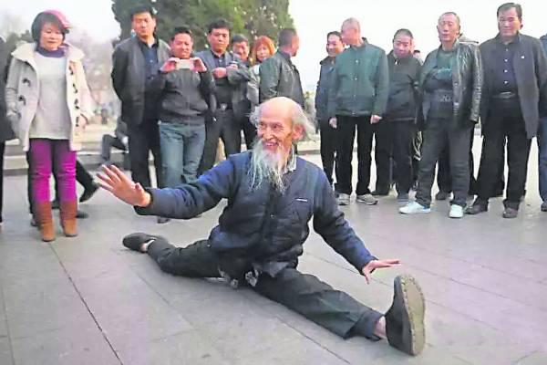"""刘富中每天都会在公园练习""""尽天年""""的拳法,一字马根本难不倒他!"""