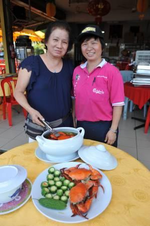 """""""美食海鲜楼""""创办人苏珍珠(左),目前呈半退休状态,店内大小事务,全交由两位儿子余曹勇和余曹和,以及女儿阿娟(右)负责。"""