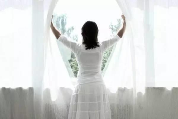 多多打开屋内的窗户,让太阳照射进来,调和居家磁场,化解阴气。