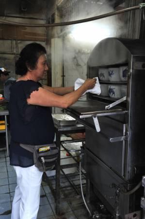 螃蟹苦瓜汤每天限量生产20盅,如果顾客来不及订购,只能等第二天了。