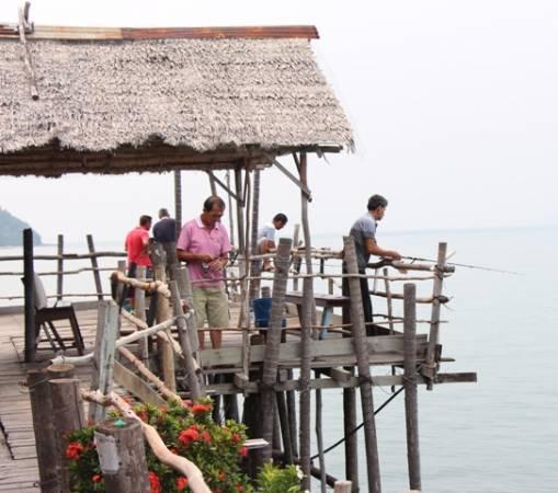游客在奎笼上垂钓,另有一番风味。