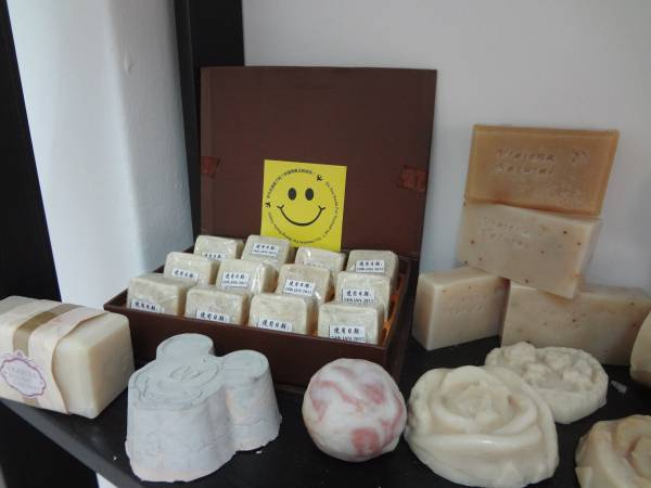 天然冷制手工皂由于使用较好品质的植物油,因此成本会比较贵。