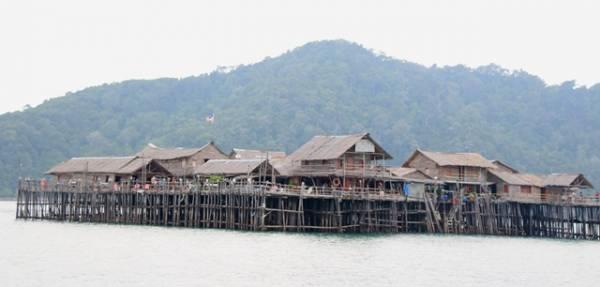 外形修长的奎笼渡假屋,全是以红木为建材,有浓厚的渔村风味。