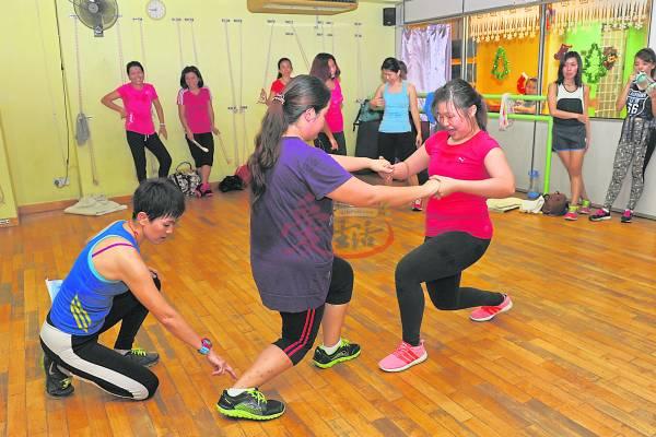 Shammee(左一)说,跳尊巴最重要就是要放得开,否则容易受伤。因此在带动尊巴舞时会解释每个动作该使力的部位。