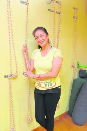 60岁的小丽依然活力十足,这全是尊巴的功劳。