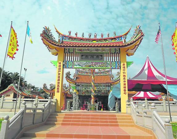 庙宇前的牌楼屋顶装置八仙神像,搭配雕梁画栋,更显庙宇的宏伟及庄严。