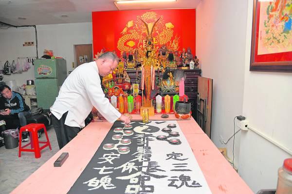 在祥龙形状米粒的各角落点燃了七盏灯,就是彭信华老师拿手的『延寿续命阵』,而这阵法也在阎王手上抢下不少性命得以延续。