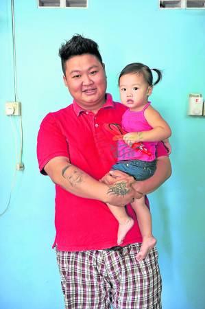 Novis未满一岁时因突发疾病而动手术,Vick非常心疼女儿年纪小小就要承受手术之苦,对她的疼爱也特別加倍。